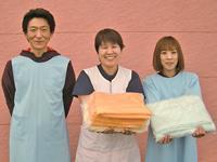 3人1チームでご利用者のお宅を訪問し、安楽な入浴をお届…