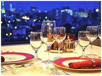 お客様に料理やお飲み物を提供するお仕事です。