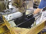 造型ラインにて砂を型に込め湯を注入