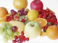 (手作業でリンゴやニンジン等の青果を計量し、袋詰…